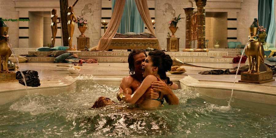Константин купается с сестрой своей жены Фаусты в бассейне